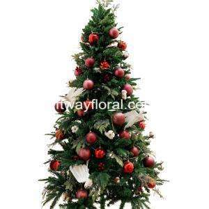 White with Maroon christmas decorations creates a minimalist yet confidence, warmth and passionate aesthetic.