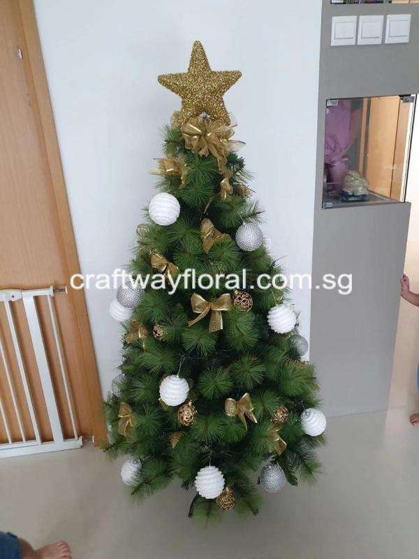 The Pine Tree has leaves that are needle-like, long and thick, with light to dark green shades. This Gold/White Christmas Pine Tree gives off an optimisticandcheerful vibe to the Christmas spirit. The color is undeniablyglamorous, associated with good times, celebrations, and glitz.